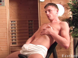 Solo gay video exposes a caucasian boy wanking off