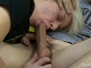 Oral sex of a gay couple exposes big cock in HD